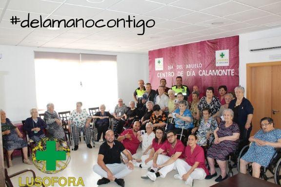 día del abuelo foto de grupo en el centro de día El Chaparral de Calamonte, Badajoz